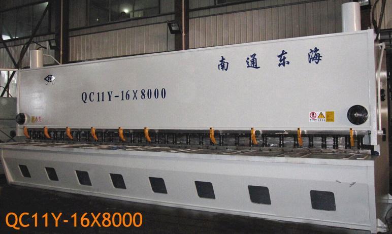 液压闸式剪板机QC11Y-16x8000 机架采用整体焊接结构,并经消除应力处理,刚性好,精度保持性长久。  采用先进的集成式液压系统,机器工作性能稳定、可靠。  采用三点支承滚动导轨,消除支承面间隙,使剪切质量得到保证。  刀片间隙采用手动、电动调整,刻度、数显示值迅速,准确,方便。  矩形刀片,四个刃口均可互换使用,使用寿命长。  剪切角可调,减少板料扭曲变形,提高制件质量。  上刀架采用内倾结构设计,便于落料,提高了制件的精度。  具有长度定尺和分段剪切功能,可实现寸动。  机动后挡