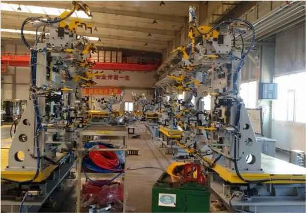 汽车夹具生产厂家汽车专用型材辊压设备与客车专用型材辊压设备结构及工作原理类似,是我公司主要针对轻型卡车特定型材专业开发,由上料架、校平机、辊压成型部分,校正系统,剪切系统、接料架以及电气控制系统组成。目前已经开发成功的有轻卡货厢前挡U型槽、货厢底板加强梁、货厢底板左右侧围及后围等。  汽车夹具生产厂家